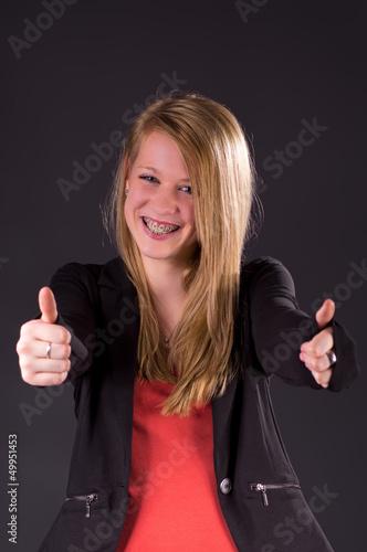 Blond Teen mit Zahnspange, Daumen hoch