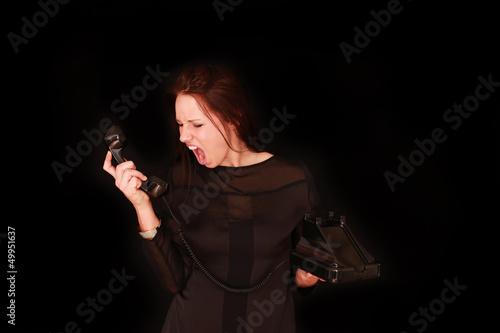 junges Mädchen schreit ins Telefon