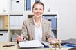 Geschäftsfrau mit Akte am Schreibtisch