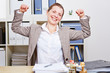 Frau dehnt Rücken im Büro