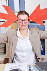 Frau im Büro mit Kopfschmerzen