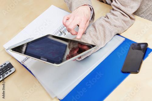 Finger auf Touchscreen von Tablet PC