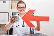 Frau zeigt mit Pfeil auf viele Tabletten