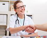 Ärztin reicht Patient ihre Hand