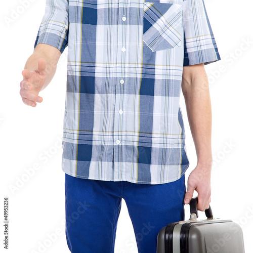 Mann begrüßt mit Koffer