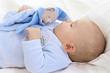 Bébé dort avec son doudou