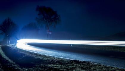 Nachtaufnahme - Autos auf Landstraße