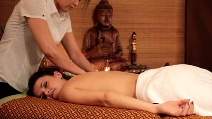 Frau bei der Thai-Massage - Rücken