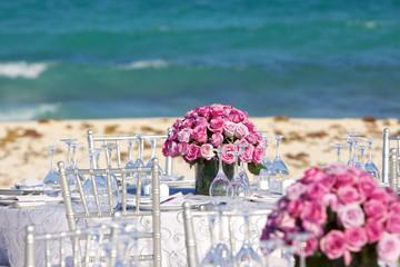 Tavolo per matrimonio con centrotavolo di rose