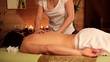 Mann bei der Rücken Massage