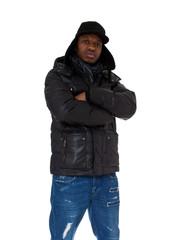 Junger dunkelhäutiger Mann in Winterkleidung