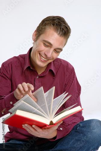 Hombre joven leyendo un libro.Estudiante universitario.