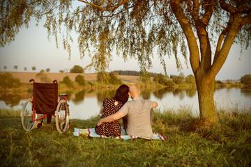 Paar mit Rollstuhl an einem See