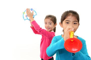 おもちゃの楽器で遊ぶ姉妹