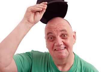 homme souriant qui soulève la casquette pour saluer