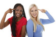 Weiße und schwarze Frau zeigen einen Vogel mit Finger im Gesicht