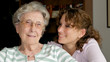 Freundliche Seniorin mit Enkelin
