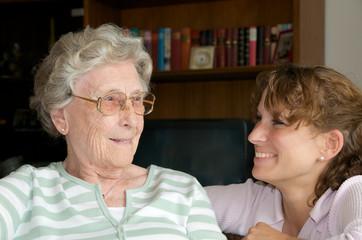 Glückliche Seniorin mit Enkelin