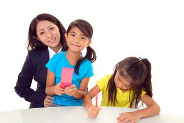 笑顔の女性教師と二人の女の子