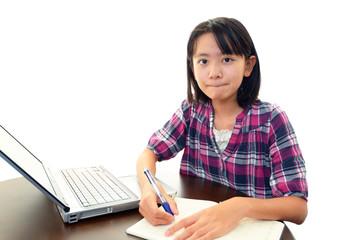 パソコンで調べ物をする女の子