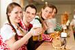 Junge Leute in Bayern in Wirtschaft oder Restaurant