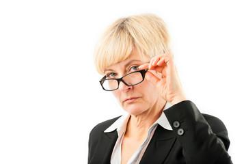 Ältere Frau schaut durch ihre Brille