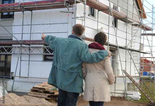 Ehepaar vor Eigenheim
