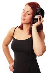 Frau hört entspannt Musik mit Kopfhörer