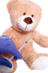 Teddy beim Kinderarzt mit Spritze