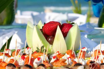 Vassoio con frutta e stuzzichini