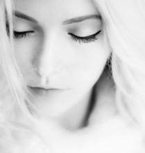 portrait noir et blanc de la belle fille de près