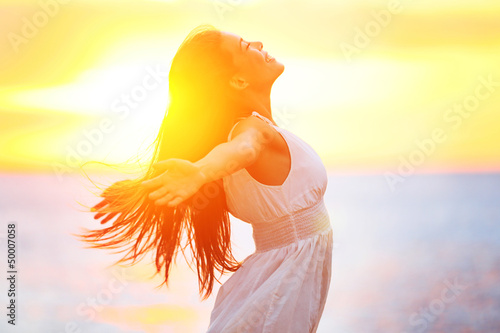 Leinwandbild Motiv Enjoyment - free happy woman enjoying sunset