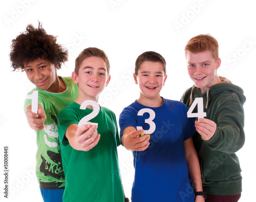 Teenager mit Zahlen von 1 bis 4