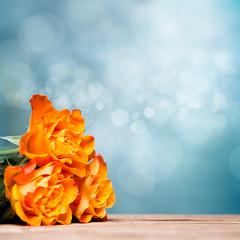 Rosen vor Gartenhintergrund