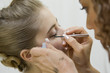 Jeune femme se faisant maquiller