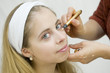 Jeune femme se faisant maquiller - anticerne - touche éclat