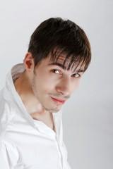 portrait d'un jeune homme brun