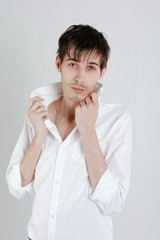 séduisant jeune homme brun