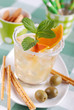 cocktail agli agrumi con foglie di menta