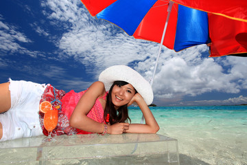 南国沖縄のビーチで遊ぶ笑顔の女性