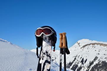 Helm auf Ski