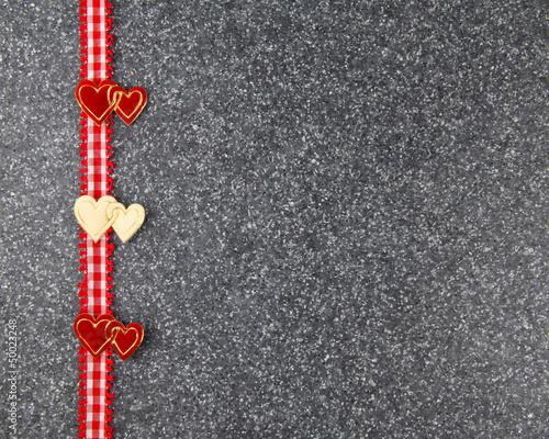 Herzen und Band auf Stein