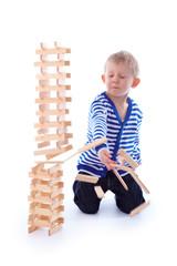 Kleinkind spielt mit seinen Spielsachen