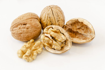 Nueces, frutos secos sobre fondo blanco.