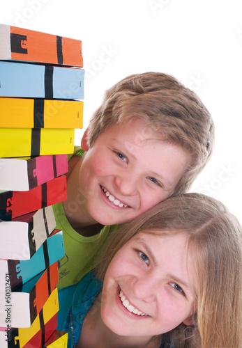 Mädchen und Junge mit Büchern