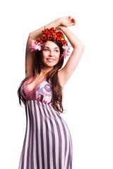 attraktive brünette Frau mit Blumenkopfschmuck