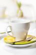 Kaffeetasse auf gedecktem Osterfrühstückstisch