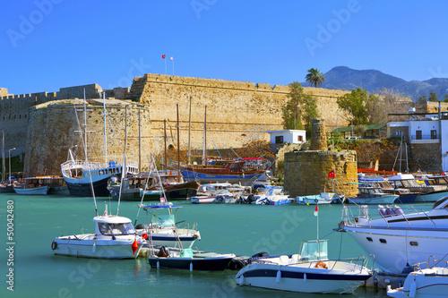 Schronienie i średniowieczny kasztel w Kyrenia, Północny Cypr.