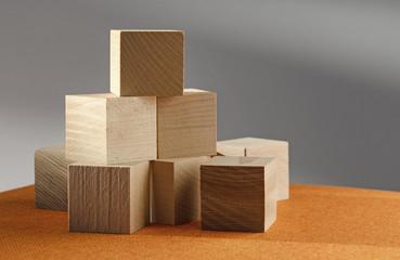 Holzwürfel Holzbausteine übereinander gestapelt