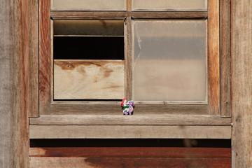 Figurilla en una ventana